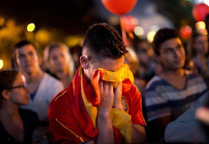 Los españoles no pudieron ocultar su tristeza ante la noticia de la eliminación por tercera vez consecutiva. (Foto: Agencias)