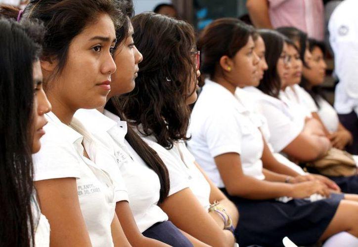 El programa Poder Joven además de dar apoyo psicológico a los adolescentes, ofrece becas a jóvenes de escasos recursos. (Adrián Monroy/SIPSE)