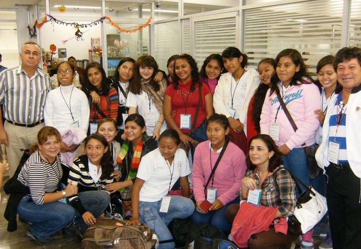 Alumnas participantes rumbo a la capital de la República. (Cortesía/SIPSE)