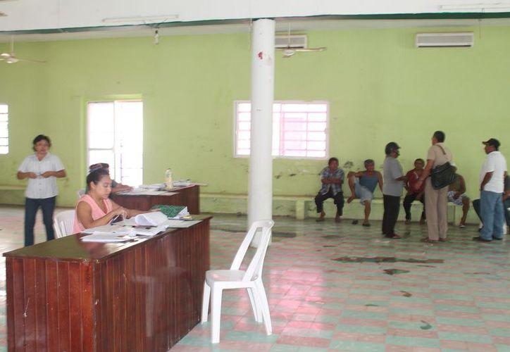 Revisan documentos en  las instalaciones del Club Social Ejidal de Kantunilkín. (Gloria Poot/SIPSE)