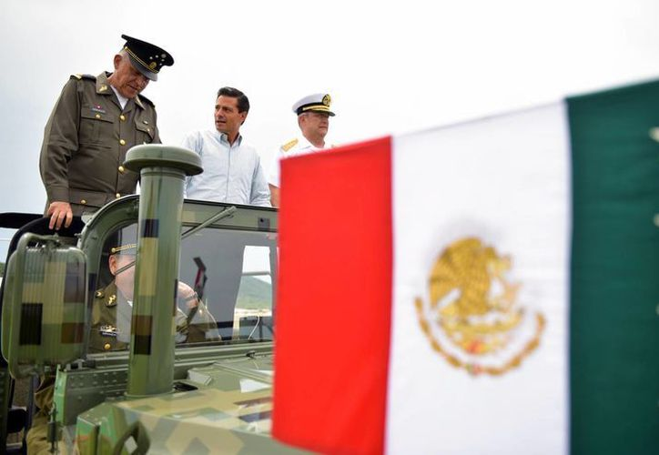 El presidente Enrique Peña Nieto develó la placa inaugural del Hospital Militar Regional de Especialidades de Mazatlán, Sinaloa. Durante su discurso manifestó sus condolencias a la familia de Juan Gabriel y al pueblo de México. (Presidencia)