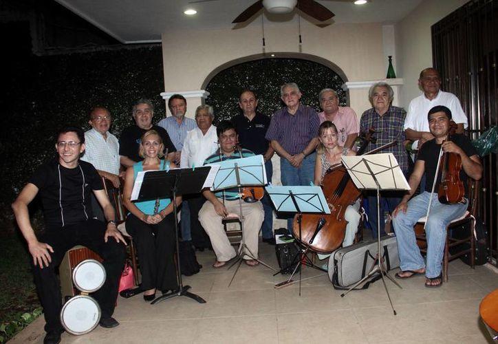 Imagen de los músicos durante un ensayo para preparar el concierto de hoy. (Jorge Acosta/SIPSE)