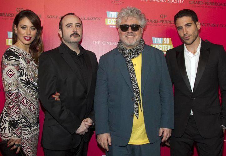 El director español Pedro Almodovar (2D) con los actores Blanca Suarez (I), Carlos Arece (2I) y Miguel Angel Silvestre (D) en el estreno de 'Los amantes pasajeros' (I'm So Excited) en Nueva York. (EFE)