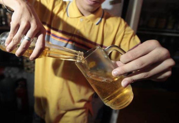 Las presiones sociales propician también alto consumo de drogas lícitas, como el alcohol. (SIPSE)