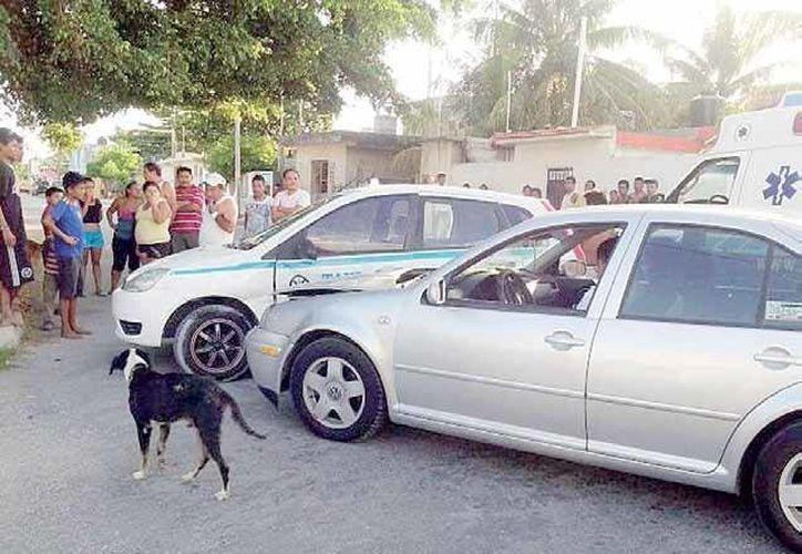 Un auto Jetta se estrello contra una unidad de alquiler en Playa del Carmen. (Redacción/SIPSE)