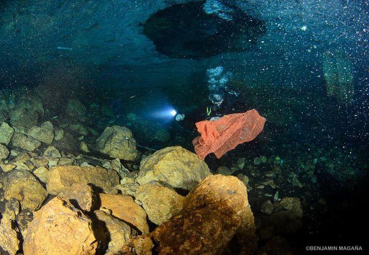 Se estima que un 65 por ciento de los desechos recolectados en el cenote X'tohil fue del interior y el 35 por ciento restante del exterior.  (Cortesía Ecosuby)