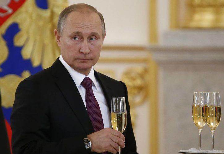 Vladímir Putin se mostró dispuesto en los últimos meses de campaña electoral norteamericana a trabajar con cualquier candidato que estuviera dispuesto a cooperar con Moscú. (AP/Sergei Karpukhin)