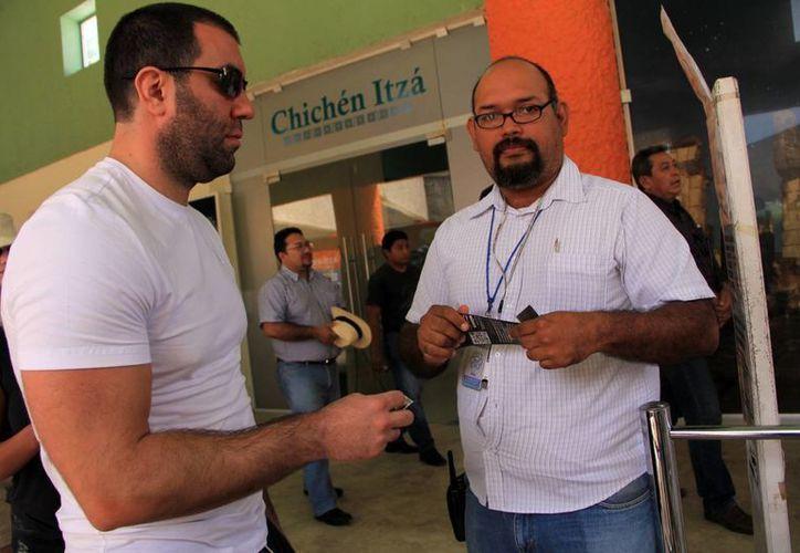 El visitante realiza un doble pago para entrar a Chichén Itzá.  (José Acosta/SIPSE)