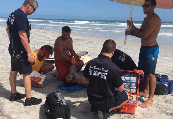 Imagen de uno de los surfistas que fue atacado por un tiburón, mientras navegaba en su tabla, en Florida. (Facebook de Chucky Luciano)