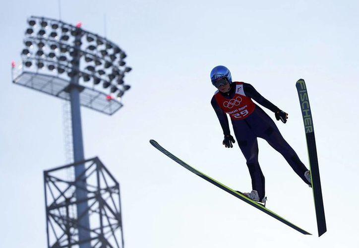 La atleta alemana de 22 años se colgó el oro con dos saltos de 103 y 97.5 metros, con lo que acumuló 247.4 puntos. (Agencias)