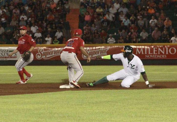 Leones de Yucatán estuvo imparabla anoche, en el primer juego del pléiof de la Zona Sur, y derrotó a Piratas de Campeche. (César González y Jorge Acosta/Milenio Novedades)
