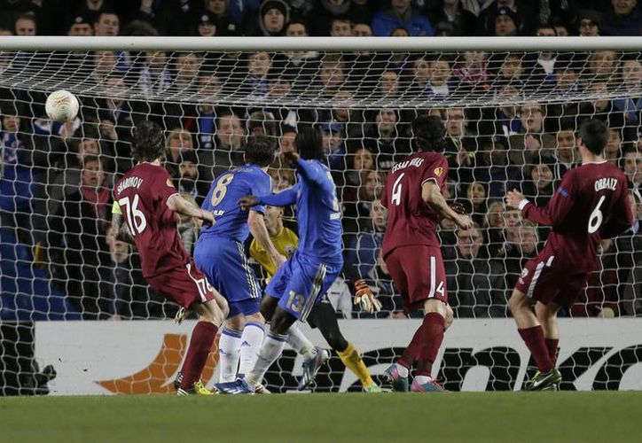 Victor Moses (tercero desde la izquierda) anota uno de los goles para el Chelsea. (Agencias)