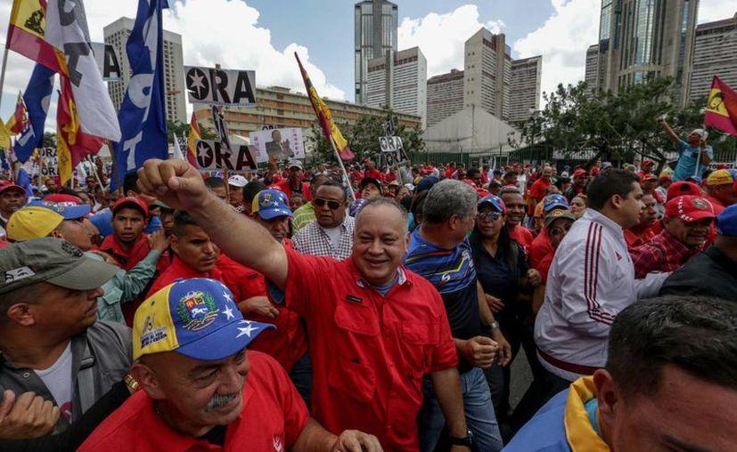 El diputado a la Asamblea Nacional por el Partido Socialista Unido de Venezuela (PSUV), Diosdado Cabello, acompaña a los simpatizantes del presidente Nicolás Maduro, quienes se manifiestan en las calles de Caracas. (EFE)