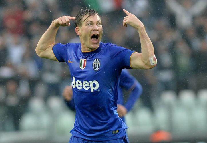 El suizo Stephan Lichtsteiner solo hizo un gol en el 7-0 de Juventus sobre Parma, al minuto 29, pero lo celebró en grande. (Foto: AP)