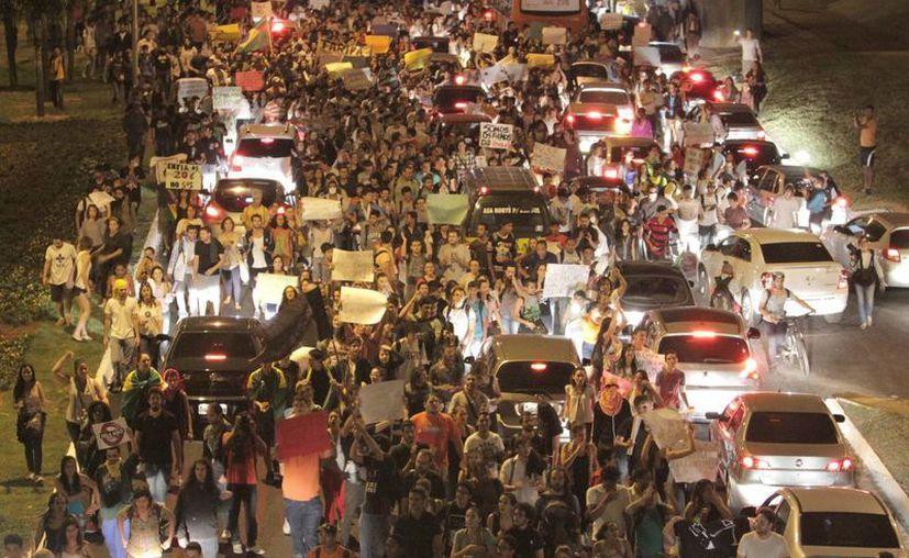 Protestas en la zona central de autobuses en Brasilia en busca de que el transporte público, escuelas y hospitales sean mejores.