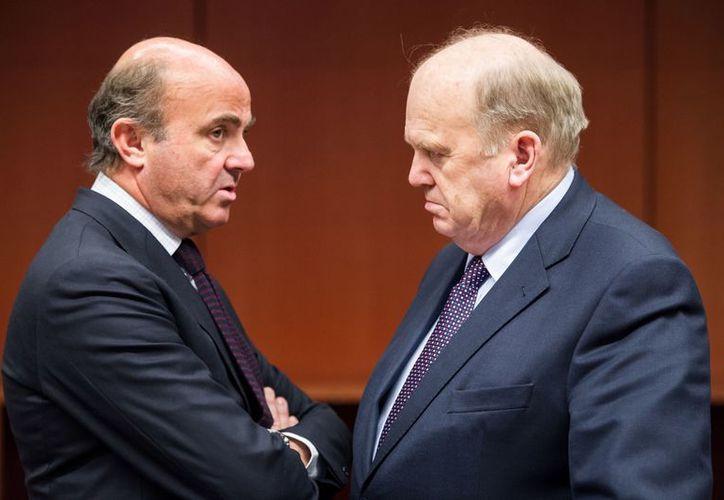 El ministro de Finanzas irlandés, Michael Noonan (der), habla con el ministro de Finanzas de España Luis de Guindos. (Agencias)