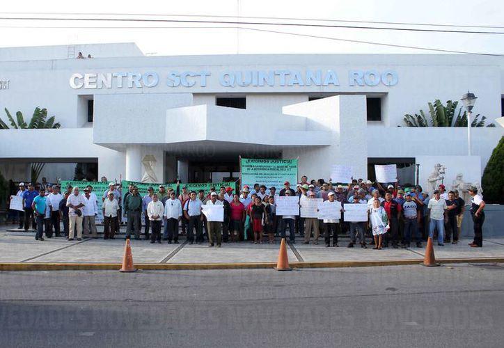 Los ejidatarios se plantaron en las oficinas de la SCT por más de nueve horas. (Javier Ortiz/SIPSE)