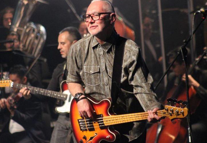 En la foto, Sabo Romo, líder de la agrupación que hace recordar grandes éxitos del rock ochentero.(Notimex)
