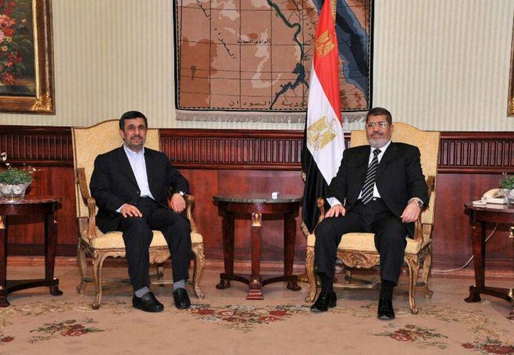 Los presidentes de Irán (izq.) y Egipto (der.) departieron por poco más de 20 minutos. (Agencias)