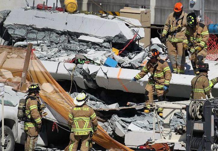 El puente peatonal de la Universidad Internacional de Florida, colapsó el jueves, matando a nueve personas. (Foto: AFP)