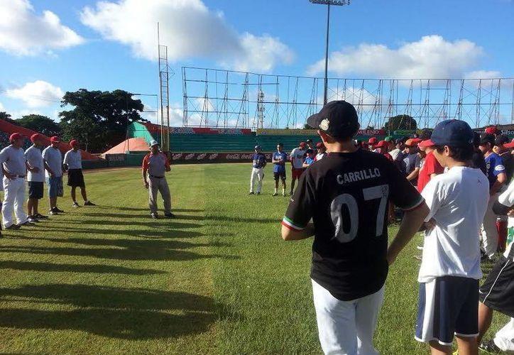 Medio centenar de jóvenes tratan de cumplir sus sueños en el Try-out de la Liga Invernal Naxón Zapata. (Milenio Novedades)