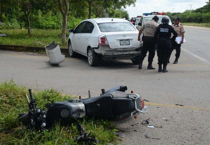 El conductor de la moto no pudo frenar a tiempo para evitar impactarse contra la parte trasera del Sentra en Conkal. (Milenio Novedades)
