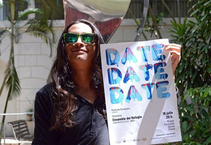"""Refugio García con el poster de la presentación del disco """"Date"""". (Foto: Novedades Yucatán)"""