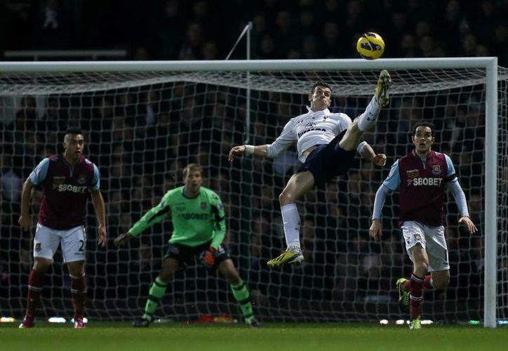 Gareth Bale en plena chilena durante el encuentro entre el Tottenham y West Ham. (Agencias)