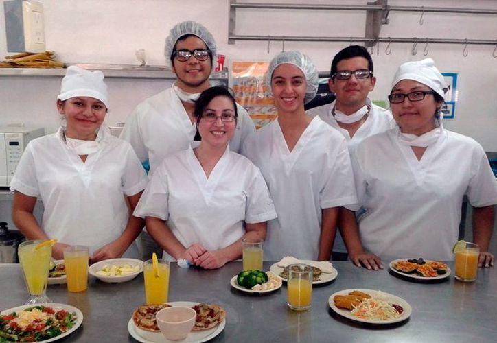 Los alumnos de la carrera de Nutrición, de la Facultad de Medicina de la Uady, refuerza sus conocimientos en el Laboratorio de Dietología. (Milenio Novedades)