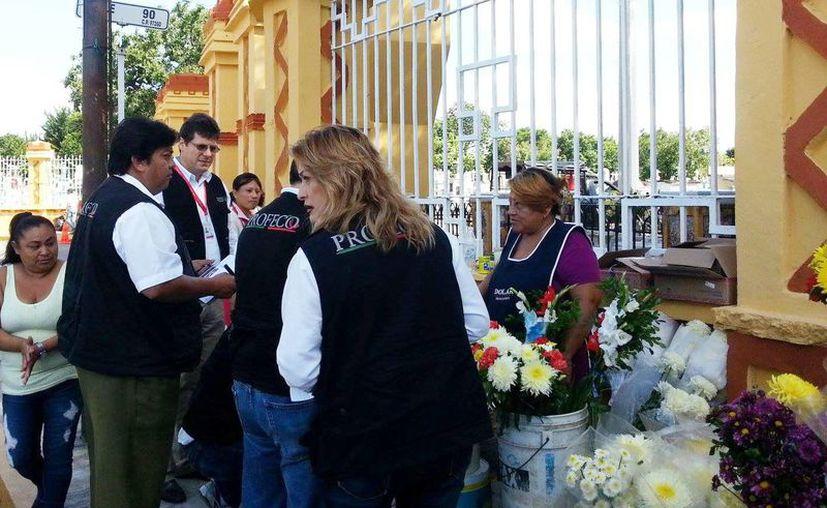 Operativo de la Profeco en cementerios de Mérida. En la imagen inspectores de esta dependencia verifican a una vendedora de flores. (Milenio Novedades)