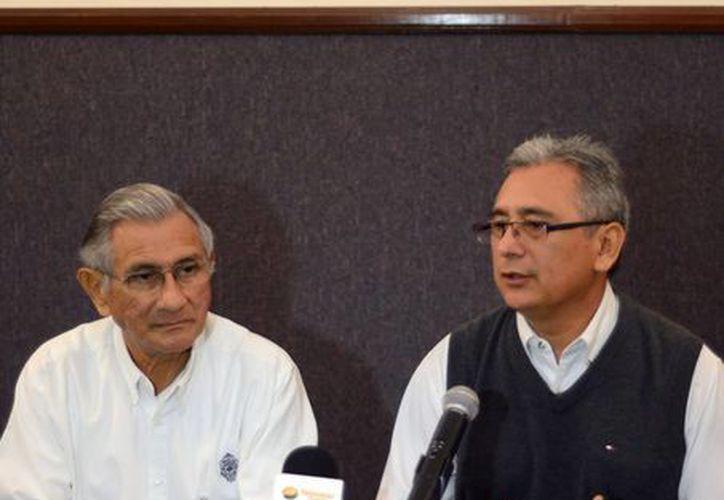 Carlos Echazarreta González, secretario de rectoría de la Uady (d), dio detalles sobre las actividades que se realizarán. (Luis Pérez/SIPSE)