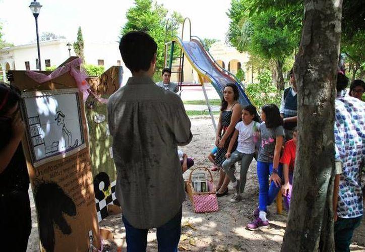El grupo dedicado a la promoción literaria Miranfú durante uno de sus talleres infantiles en el Parque de la Ibérica en Mérida. (Cortesía: Miranfú)