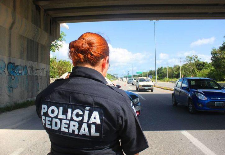 Elementos de la Policía Federal vigilan que los conductores cumplan con la ley. (Daniel Pacheco/SIPSE)