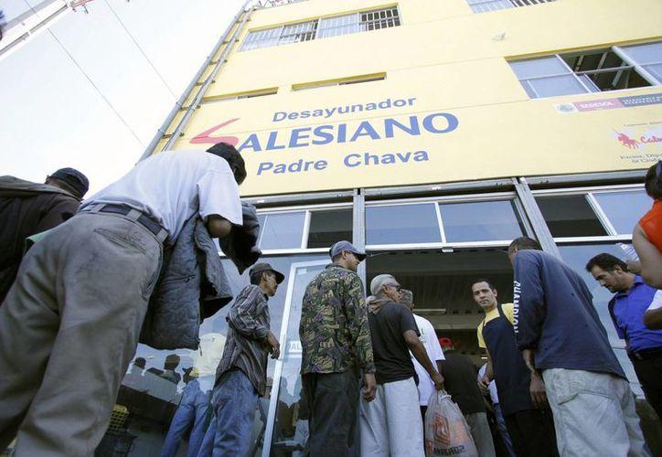 El programa establecido por ACNUR es en apoyo a los gobiernos federal y estatales. En la imagen, migrantes asisten al desayunador del Padre Chava, en Tijuana, BC, para recibir comida y hacer llamadas a sus familiares. (Foto de archivo/Notimex)