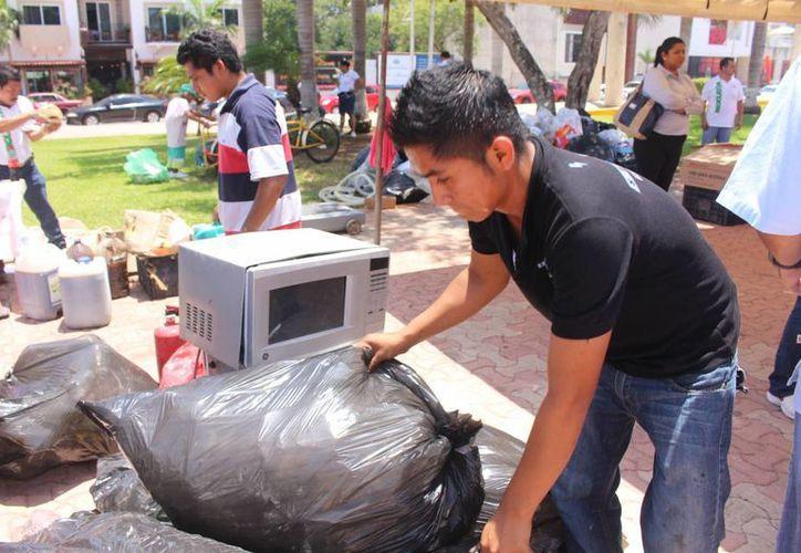 """""""Te lo regalo"""" inició como un foro para promover el reciclaje, ahora organiza campañas para ayudar a personas con necesidades médicas o de calidad de vida.  (Luis Ballesteros/SIPSE)"""
