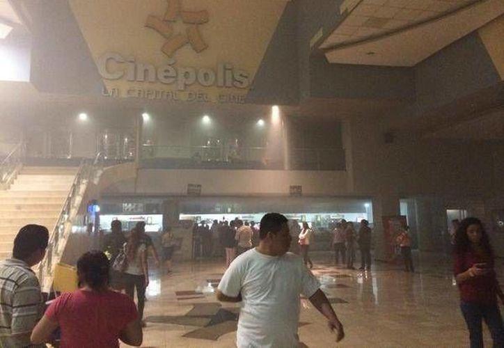 Las instalaciones del cine quedaron cubiertas por el humo de las palomitas quemadas. (Twitter/@Edgarciin)