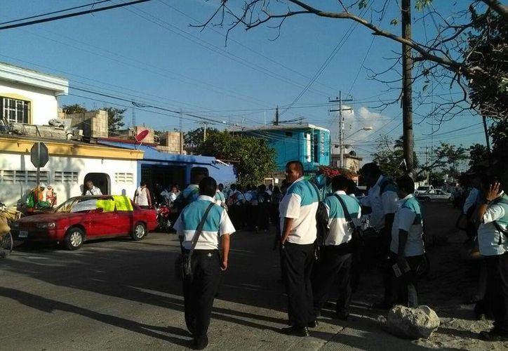 Operadores bloquean la salida de los camiones de Turicun. (Tomás Álvarez/SIPSE)