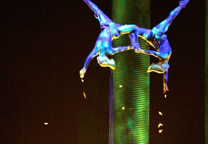 """Sarah Guyard-Guillot (i) y Sami Tiaumassi durante su número en """"Gente del Bosque"""", parte del espectáculo 'Ka' del Cirque du Soleil, en Las Vegas. (Agencias)"""
