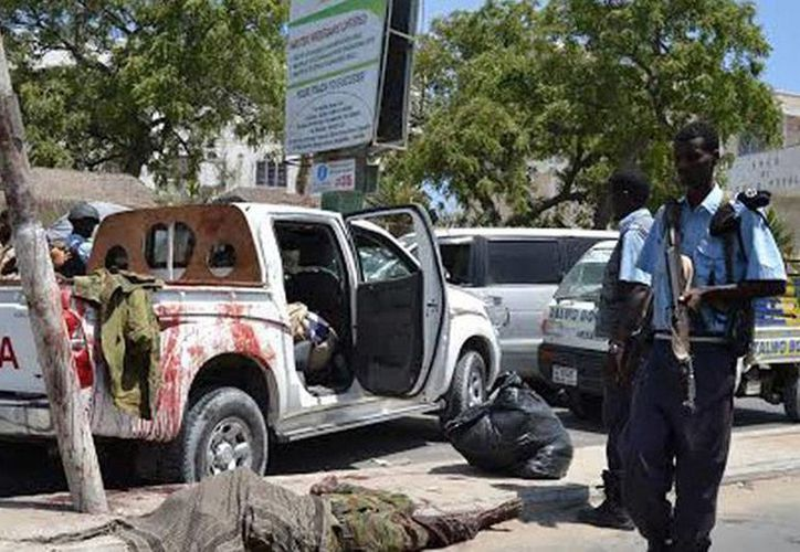 El atentado mortal de esta mañana (foto) ocurrió después de la explosión del automóvil de un diputado somalí, incidente este último en donde no hubo heridos ni muertos. (AP)