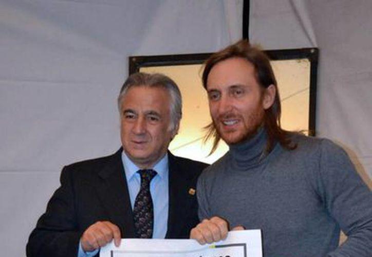 """Guetta se ganó el reconocimiento al término de su concierto en el marco del """"World Tour 2013"""". (Notimex)"""