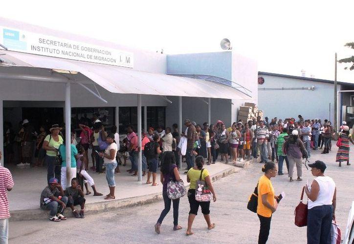 """Autoridades de ambas naciones se ven impedidas para evitar el paso de personas con mercancía """"encomendada"""". (Juan Palma/SIPSE)"""