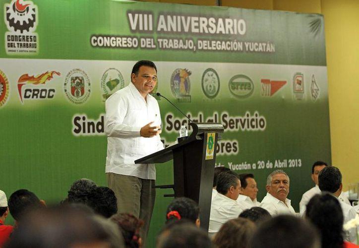 Ante líderes obrerosy sindicales, Zapata Bello refrendó la voluntad del Gobierno del Estado de impulsar acciones y programas que garanticen el bienestar de la base laboral de Yucatán. (Cortesía)