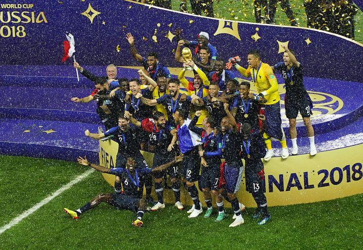 Celebración gala bajo intensa lluvia que incluso empapó a los presidentes y otras autoridades durante la premiación (Foto Jammedia)