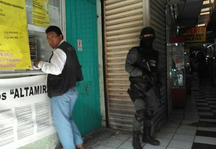 Imagen de un funcionario de la Profeco al momento de verificar una de las casas de empeño ubicadas en el centro de Mérida. (Luis Fuente/SIPSE)