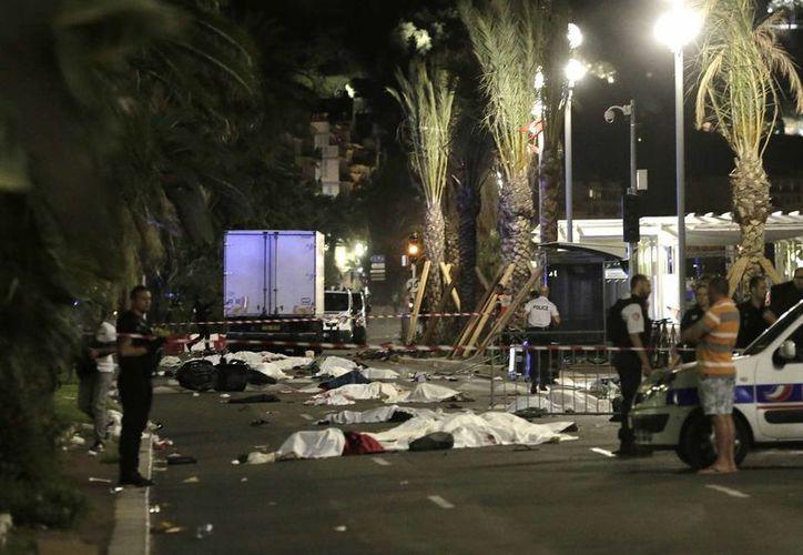 Cientos de personas se retiraban tras el espectáculo de pirotecnia ofrecido por la Fiesta Nacional de Francia. Muchos de ellos murieron en la calle al ser arrollados por un camión. (AP)