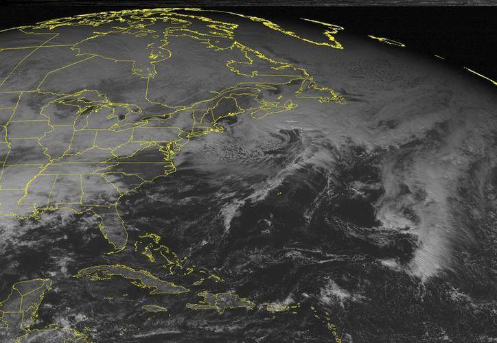 Imagen de satélite de la Administración Nacional Oceánica y Atmosférica (NOAA) que muestra la gestación de la primera gran tormenta invernal quen llegará este fin de semana a Estados Unidos. (NOOA/AP)