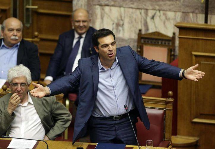 El primer ministro griego Alexis Tsipras habla durante una sesión de emergencia del Parlamento, el jueves 23 de julio de 2015, en Atenas. (Foto AP/Thanassis Stavrakis)