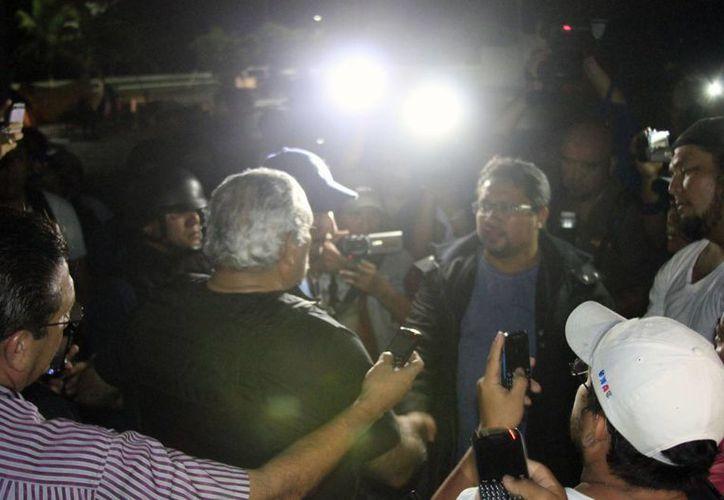 Bibiano Villa dialoga con maestros apostados afuera del Palacio de Gobierno. (Harold Alcocer/SIPSE)