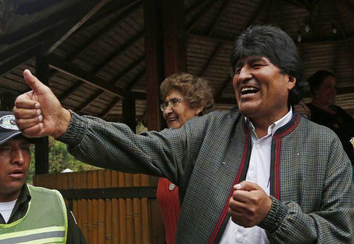 El presidente Evo Moralessaluda a la gente en un criadero de truchas, donde se detuvo a comer en Paracti, Bolivia. (Agencias)