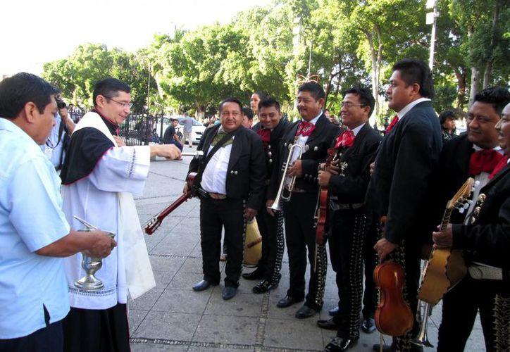 El rector de la Catedral dio la bendición a los músicos. (Cecilia Ricárdez/SIPSE)